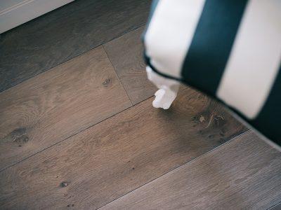 Dettaglio camera con pavimento in legno rovere fumè di Artigiana Arredamenti a Verona
