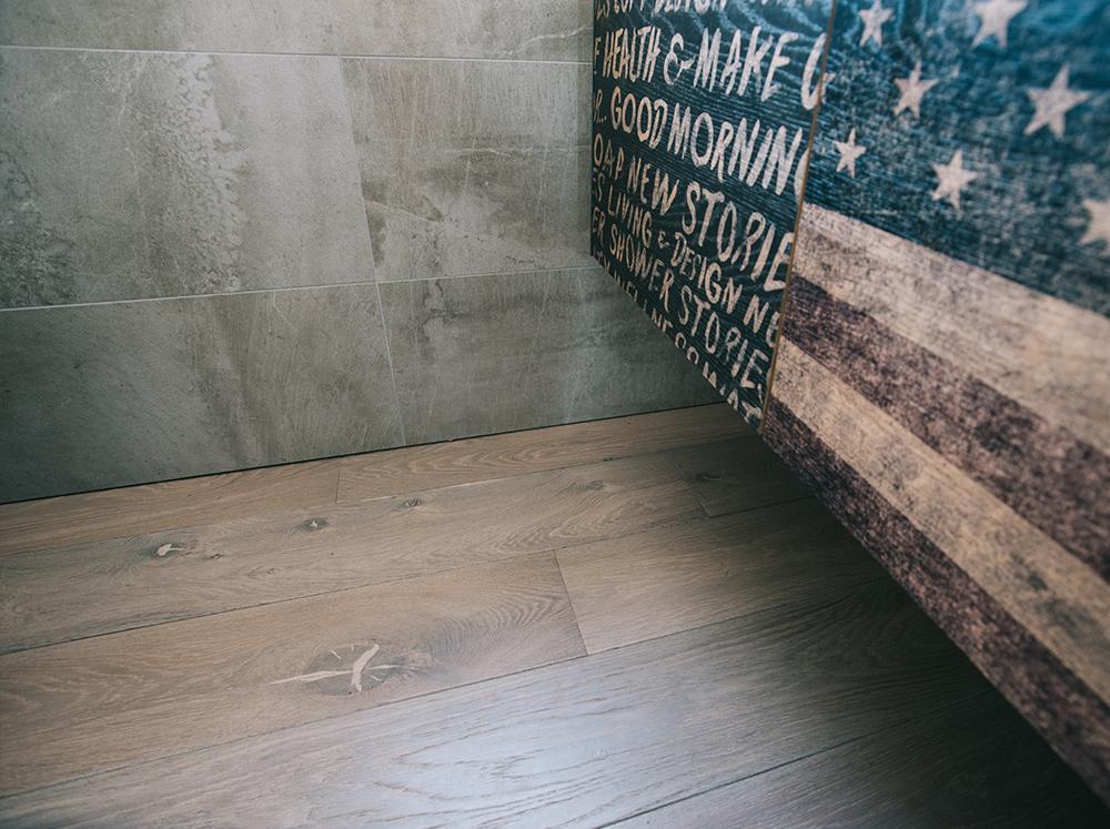 Bagno con pavimento in legno rovere di Artigiana Arredamenti a Verona