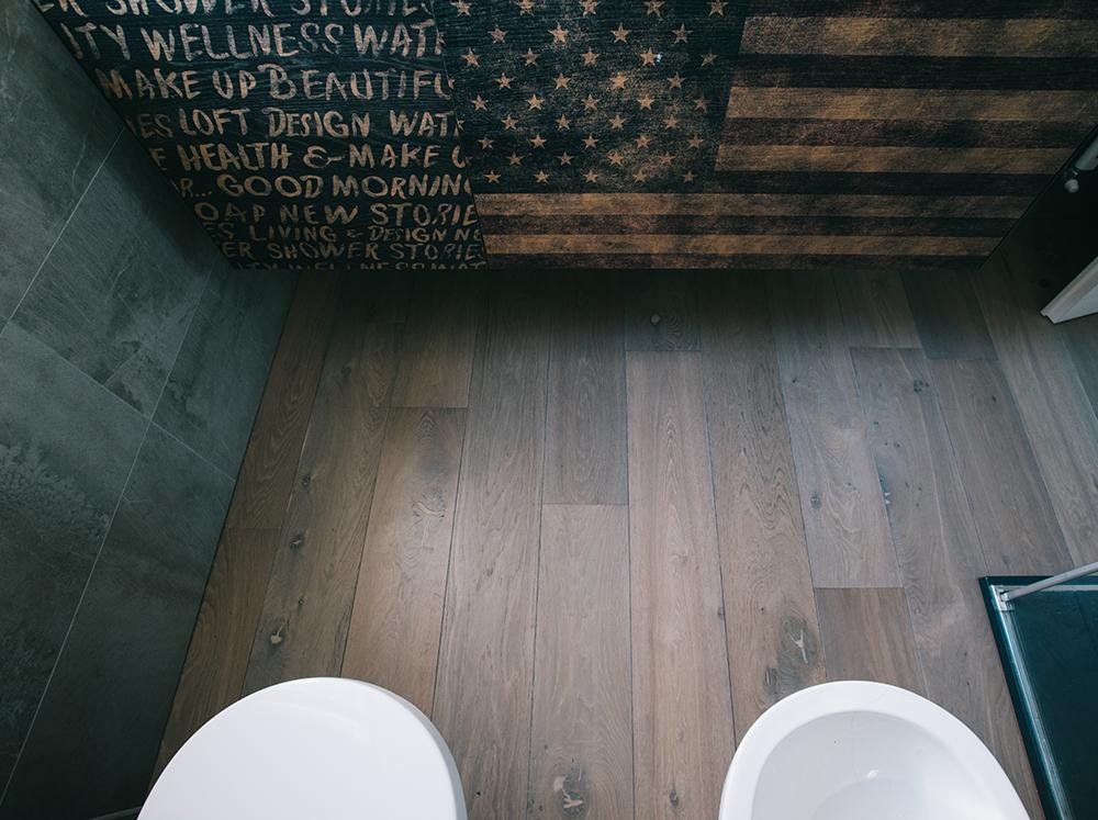 Dettaglio bagno con pavimento in legno rovere di Artigiana Arredamenti a Verona