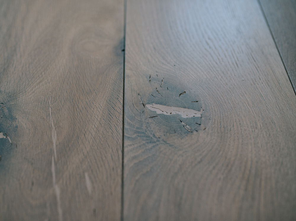 Dettaglio pavimento in legno fumè sbiancato di Artigiana Arredamenti di Verona