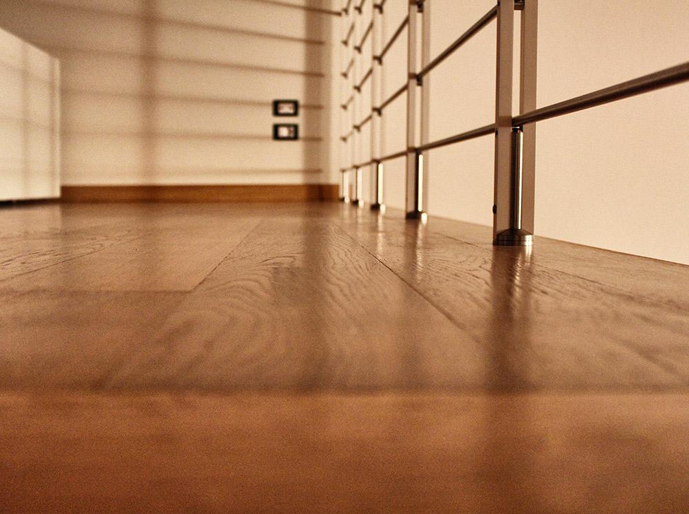 pavimento in legno di una scala in legno a Verona di Artigiana Arredamenti