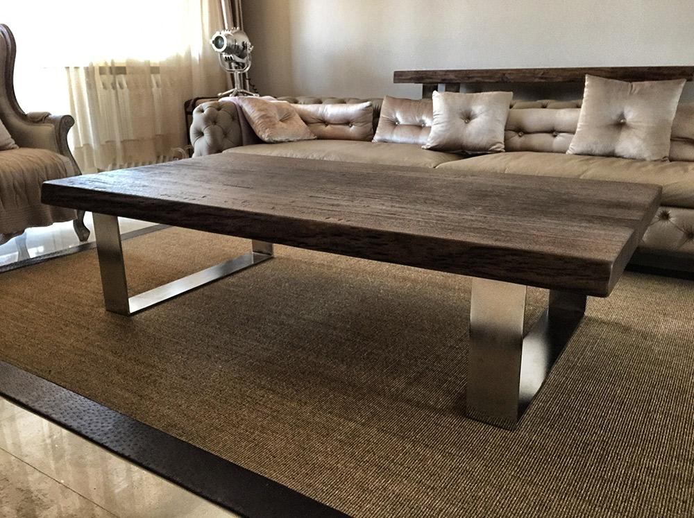 Soggiorno a Verona con tavolo in legno massello di Artigiana Arredamenti