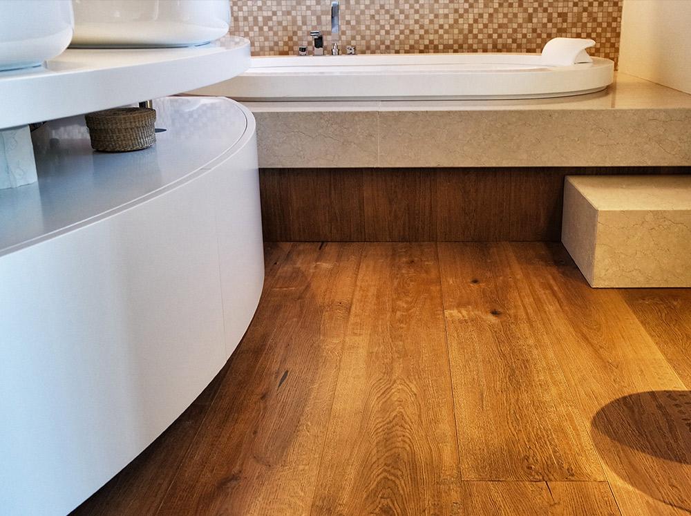 bagno con pavimento in legno posato da Artigiana Arredamenti