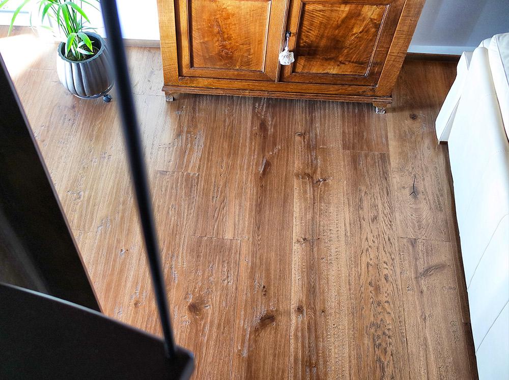 Camera 2 con pavimento di legno realizzato da Artigiana Arredamenti a Verona