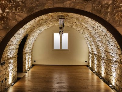 cantina con pavimento in legno e volto di sassi realizzato da Artigiana Arredamenti a Verona