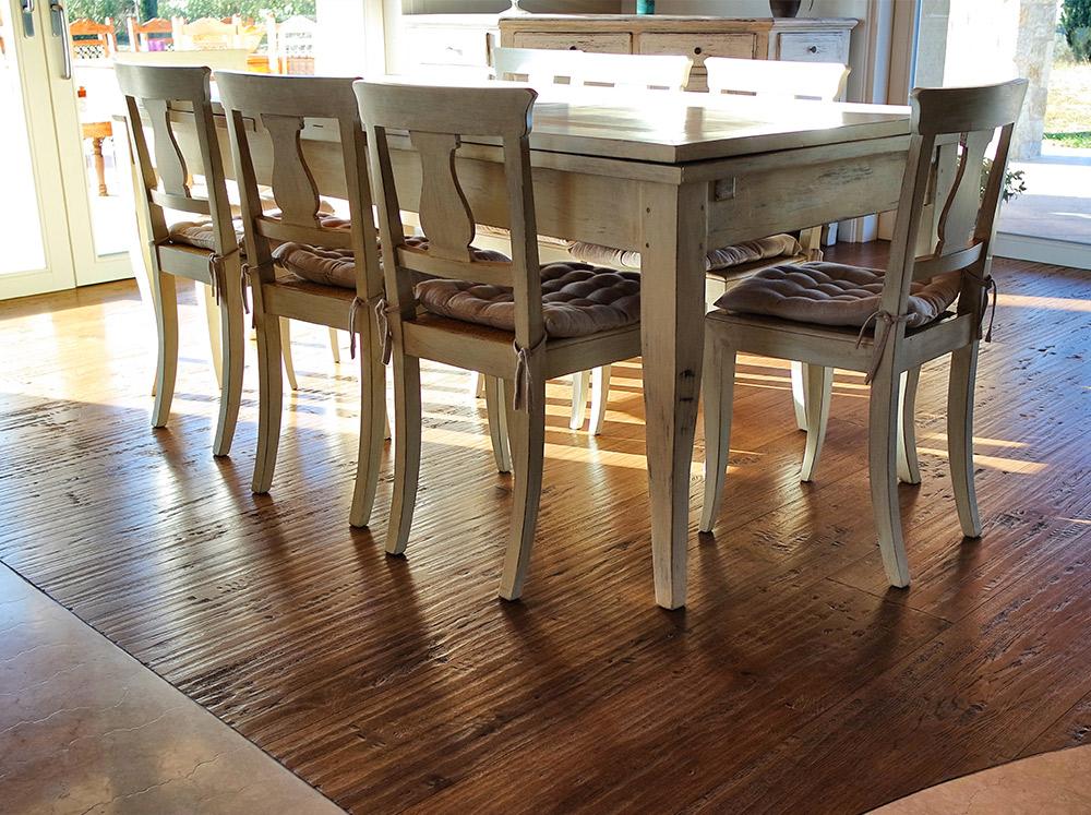 cucina con tavolo e pavimento in legno realizzato da Artigiana Arredamenti a Verona