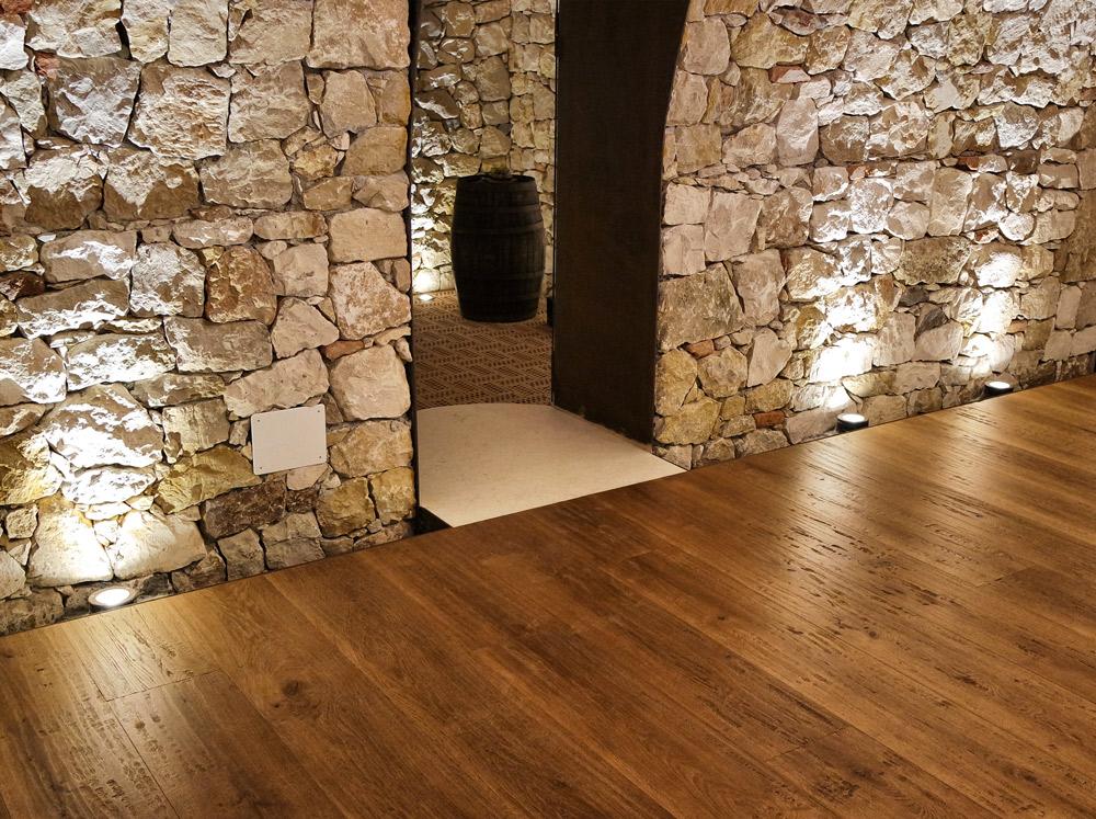 ingresso di una cantina con pavimento in legno posato da Artigiana Arredamenti Verona