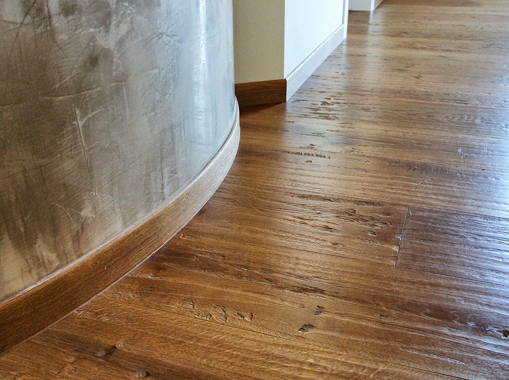 Pavimento in legno al primo piano di una casa realizzato da Artigiana Arredamenti a Verona