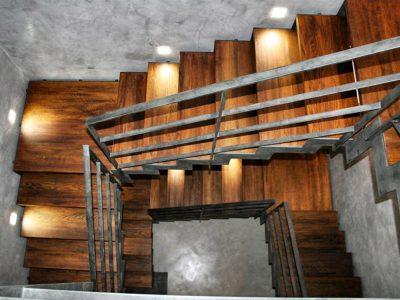 Scala in teak massello con struttura in ferro di Artigiana Arredamenti a Lazise