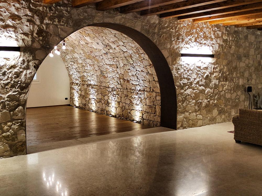 vista interna cantina con pavimentazione in legno realizzata da Artigiana Arredamenti a Verona