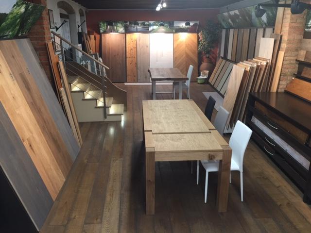 Show room con tavoli e pavimenti in legno di Artigiana Arredamenti Adami a Valeggio sul Mincio