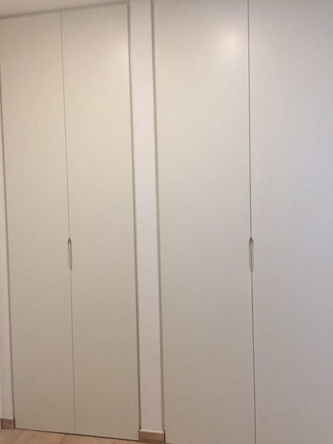Armadio in legno bianco con ante chiuse di Artigiana Arredamenti a Verona
