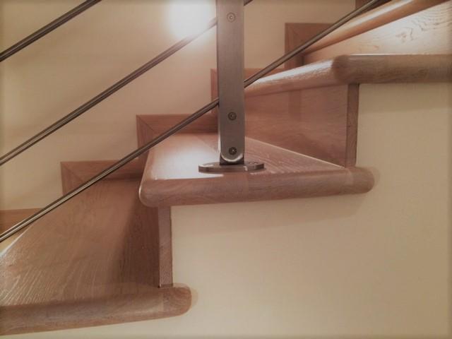 Rivestimento in legno rovere di una scala in muratura, vista dettaglio
