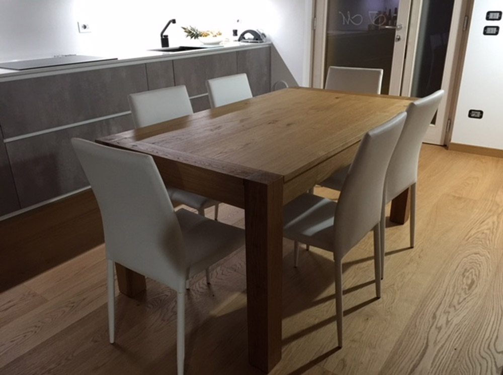 Tavolo in legno allungabile di Artigiana Arredamenti a Verona