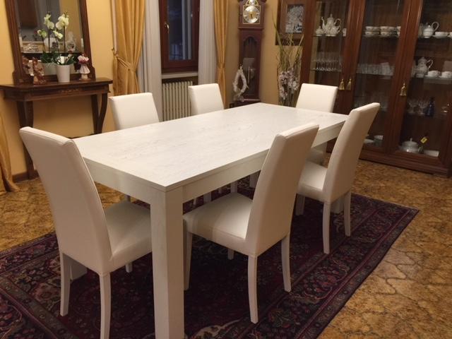 Tavolo in legno di colore bianco di Artigiana Arredamenti a Verona