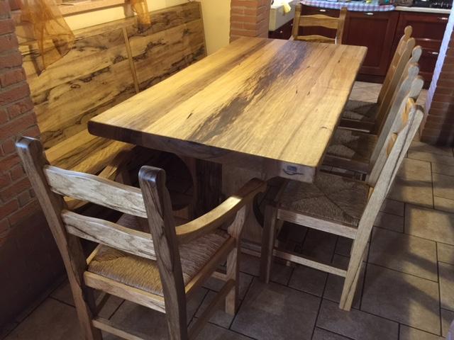 Tavolo in legno massello realizzato da Artigiana Arredamenti a Verona