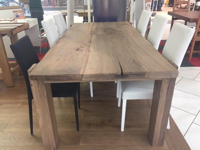 Tavolo in legno di noce nazionale di Artigiana Arredamenti a Verona
