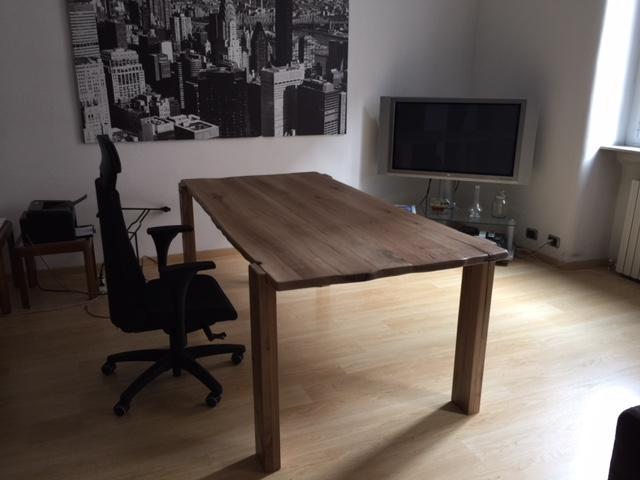 Tavolo in legno di noce nazionale in appartamento di Artigiana Arredamenti a Verona