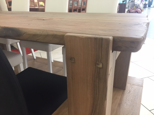 Tavolo in legno di noce nazionale in vista laterale di Artigiana Arredamenti a Verona