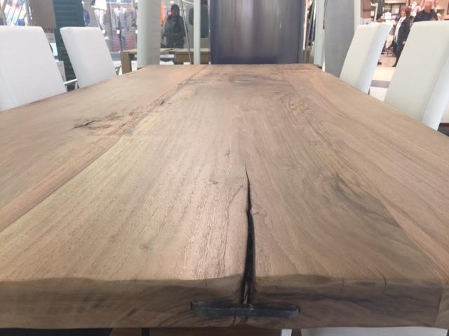 Tavolo in legno di noce nazionale vista1 di Artigiana Arredamenti a Verona