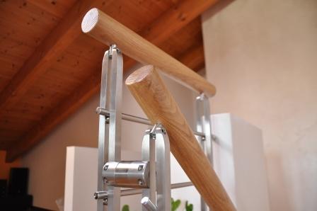 Dettaglio corrimano in legno di Artigiana Arredamenti a Verona