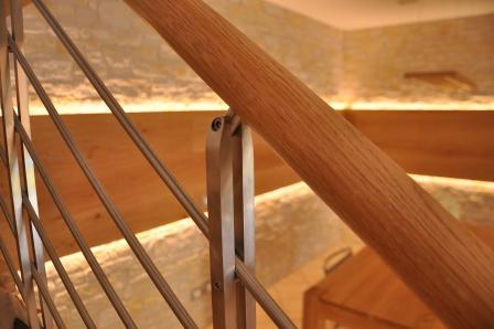 Dettaglio del corrimano di una scala in legno di Artigiana Arredamenti a Verona 1
