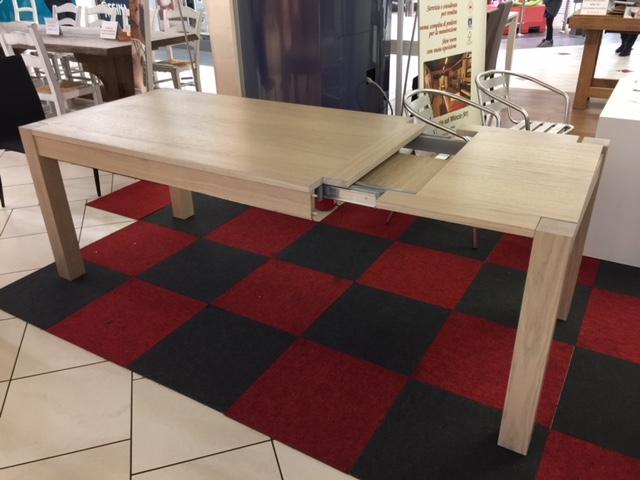 Tavolo in legno allungabile show room verona di Artigiana Arredamenti