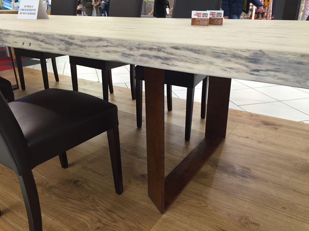 Tavolo in legno show room a Verona di Artigiana Arredamenti