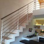 Scala in legno con vista cucina di Artigiana Arredamenti a Verona