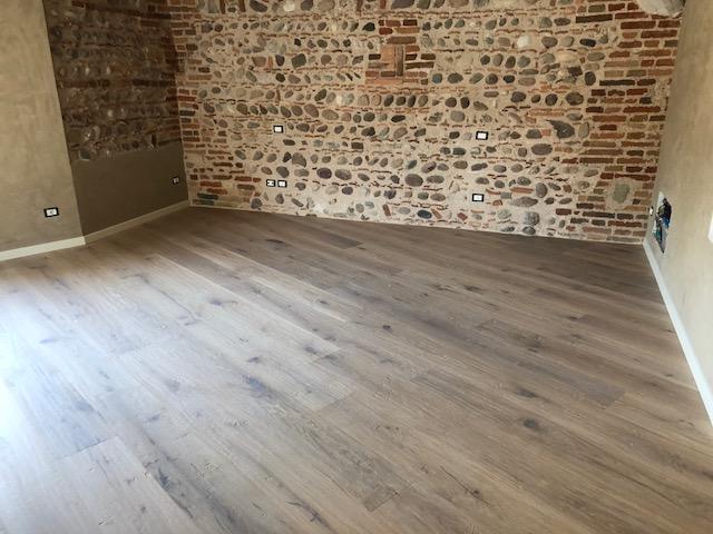 Pavimento in legno scuro di Artigiana Arredamenti a Verona