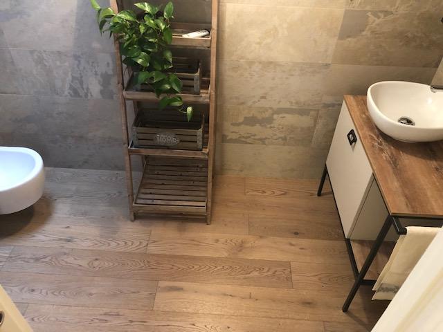 Pavimento in legno bagno di Artigiana Arredamenti a Verona 2