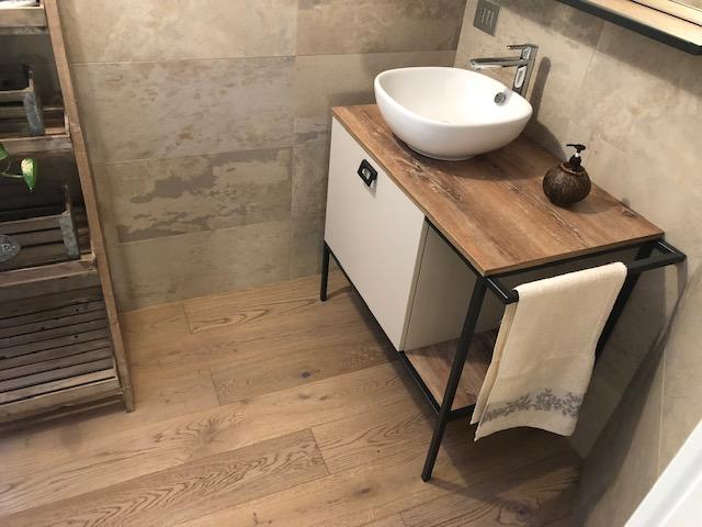 Pavimento in legno bagno di Artigiana Arredamenti a Verona