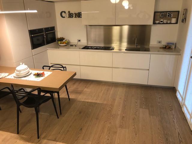 Pavimento in legno di rovere in cucina di Artigiana Arredamenti a Verona